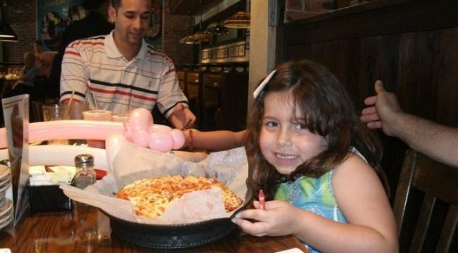 Padre e hija cenando