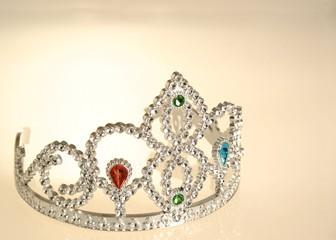 corona plateada de diadema