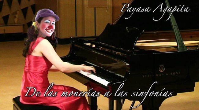Payasa Agapita tocando piano