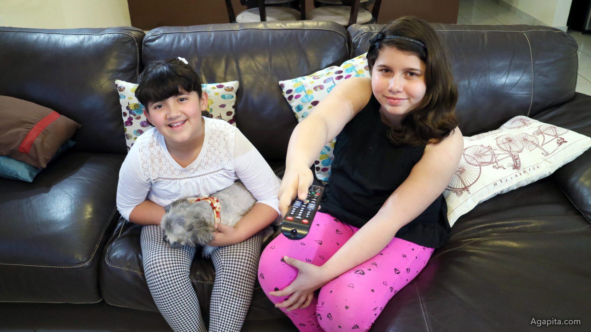 Joyli y Jarelis en el sofa viendo U-Pick de Liberty