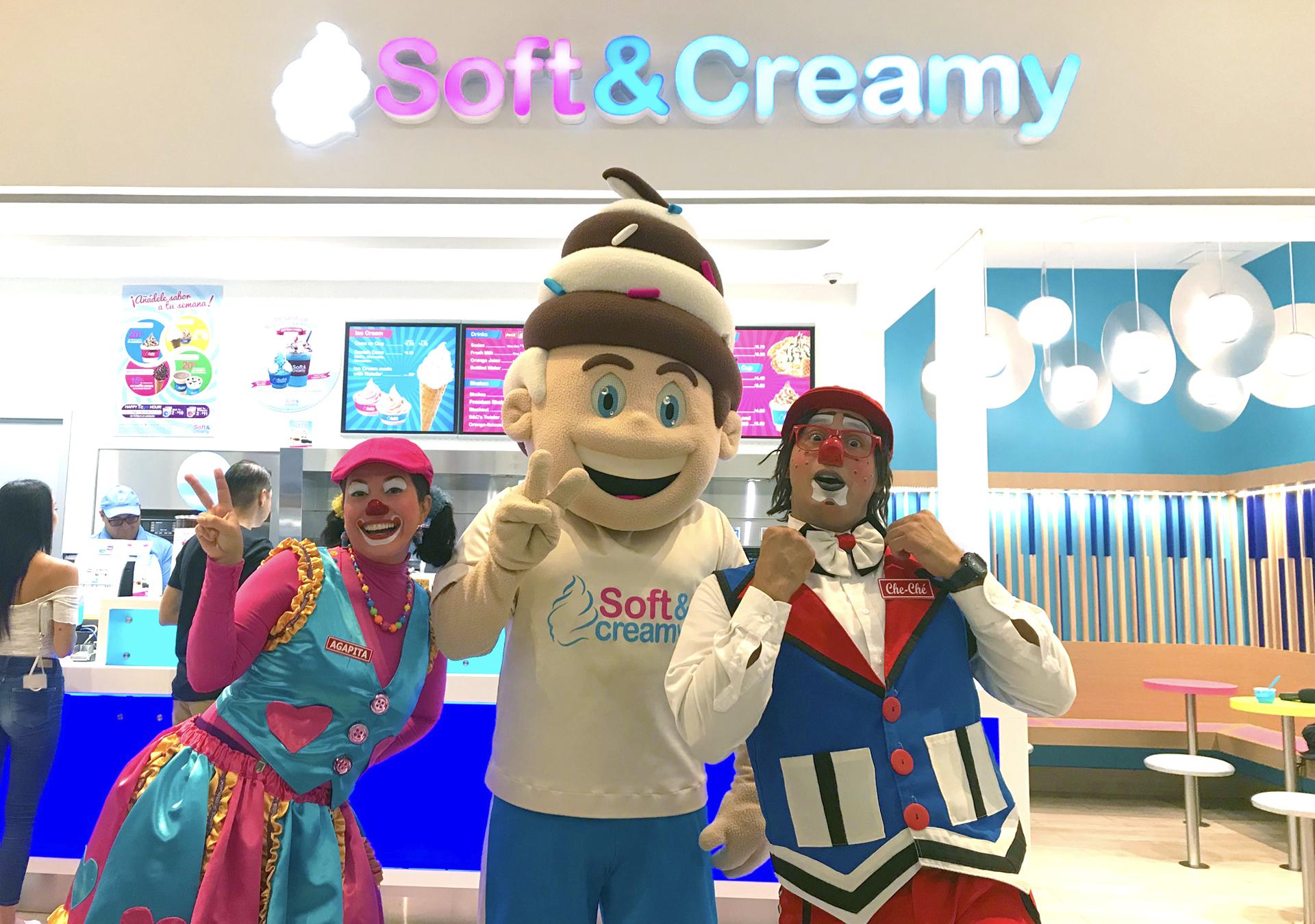 Payasos Agapita y Cheche junto a Softy frente a Soft and Creamy Puerto Rico
