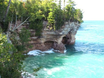 pictured-rocks-cliff