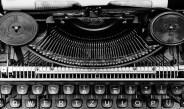 U radnoj sobi, za pisaćom mašinom: Agata Kristi