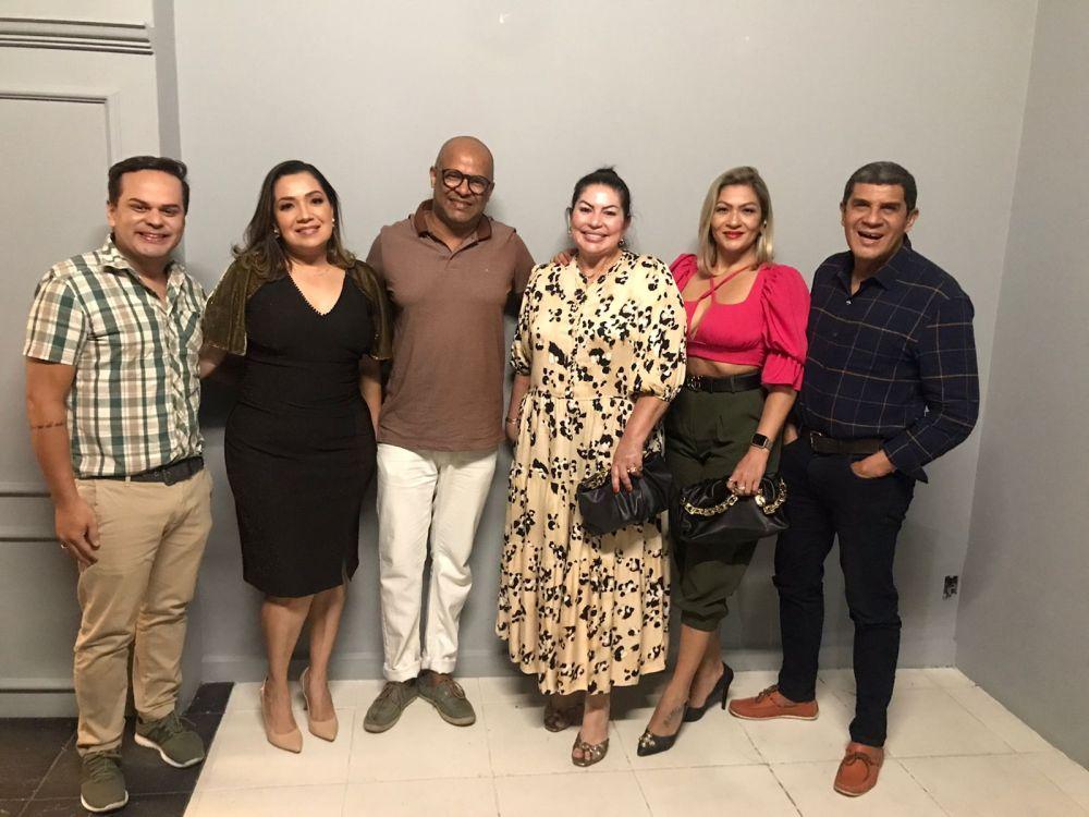 Os colunistas Sociais Moises Alencastro, Giuliana Evangelista, Kelly Kley, Douglas Richer e o proprietário Deny Mercês.
