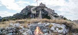 Roma sikkesinde tasvir edilen Amasya Kalesi ve kalenin eteklerindeki ateş sunağı. (Harşena Kalesi kazı arşivi)