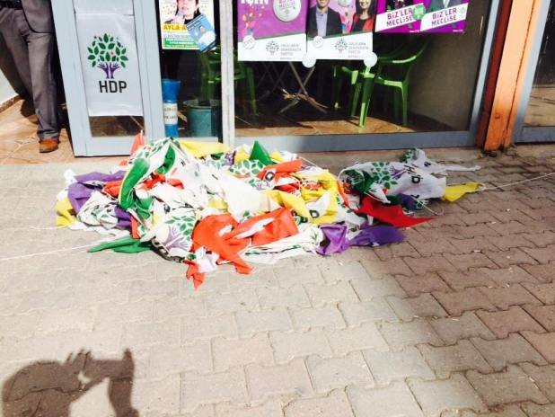 Elbistan'da HDP'nin seçim bürosunun bayrakları faşistlerce yakıldı
