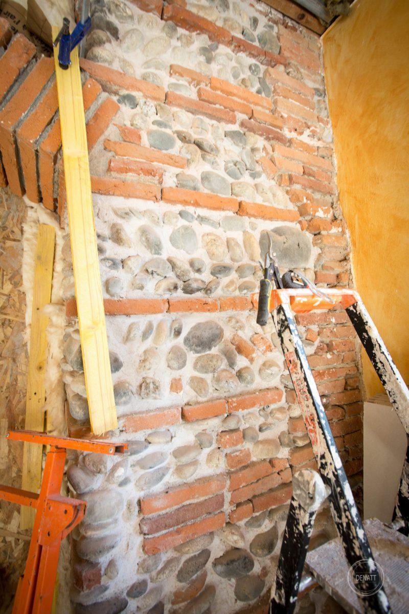 Fondation maison toulousaine en briques rouges et galets
