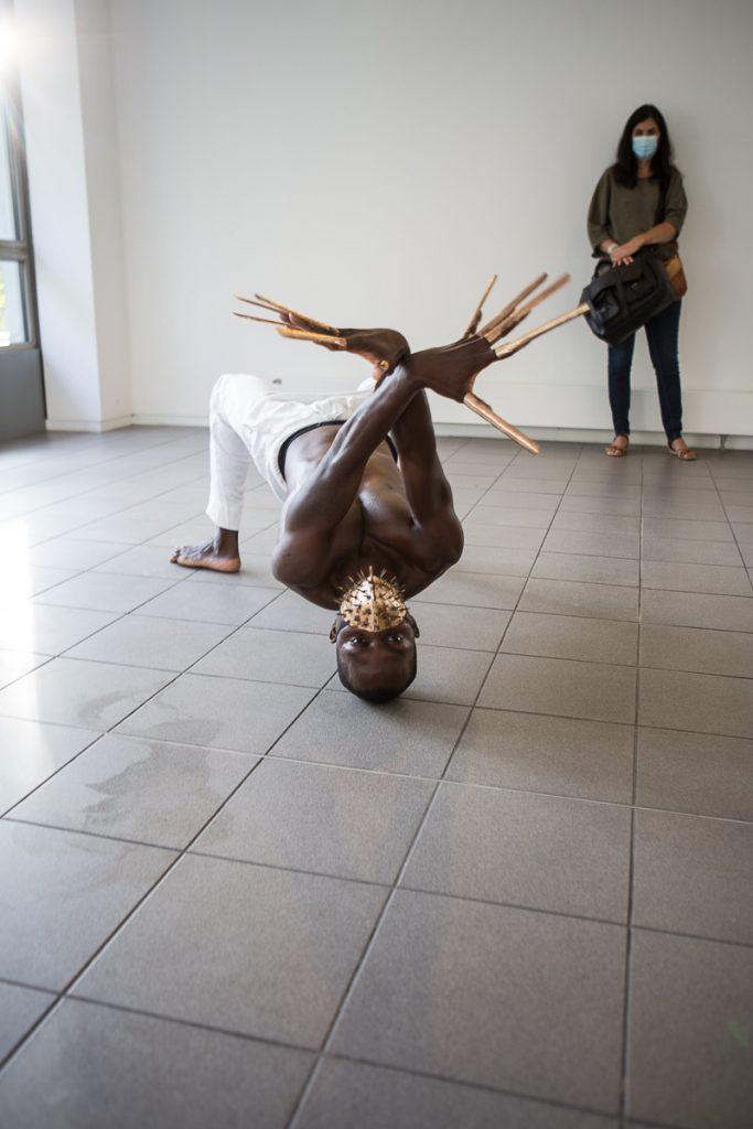 Le danseur Jules Romain Djihounoucken performance à la Cité internationale des Arts à Paris pour le spectacle de l'artiste pakistanais Amin Gulgee photographié par Nathalie Tiennot