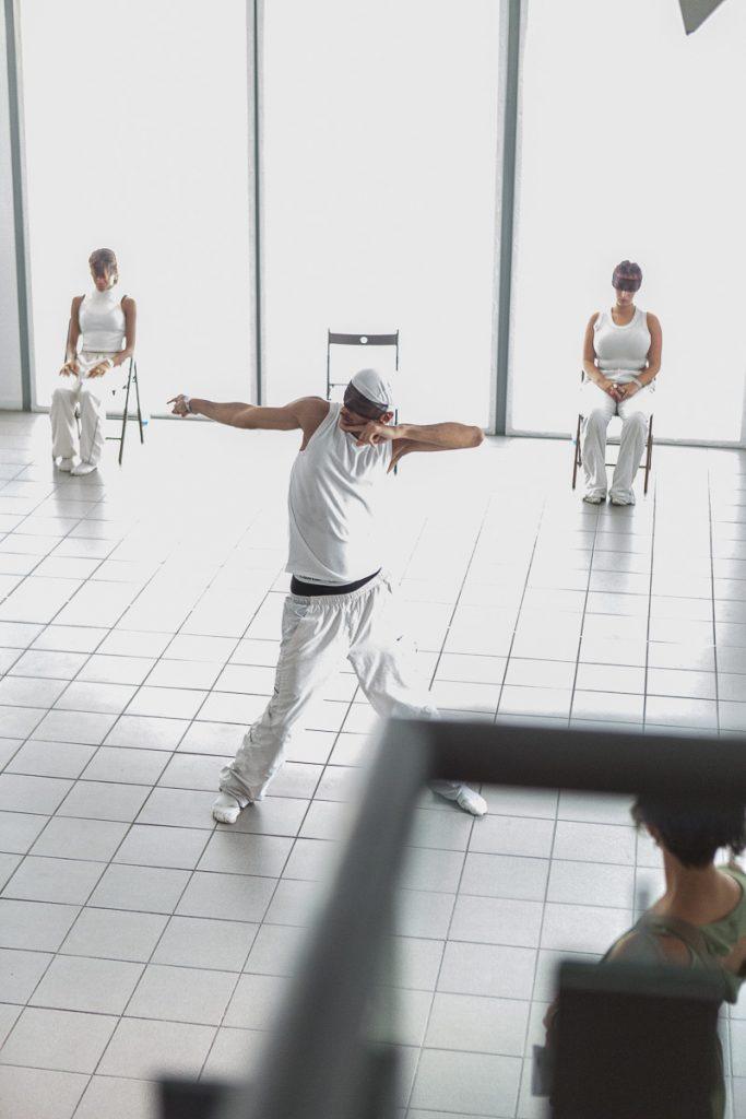 """trois danseurs en performance """"This is not your eldorado"""" Reportage photo event à Paris © Nathalie Tiennot/Agence Denatt"""