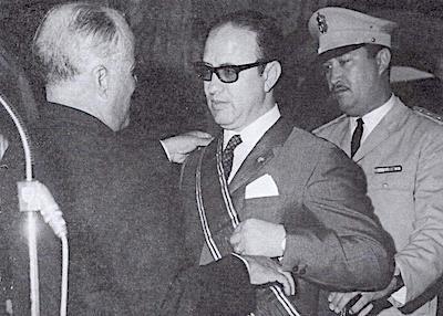 3Bourguiba décorant Caïd Essebsi 1966