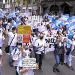 Enfermeros y enfermeras de hospitales porteños marcharon a la Legislatura reclamando la profesionalización de la actividad