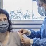 La ministra de Salud Carla Vizzotti recibió la segunda dosis combinada de la vacuna
