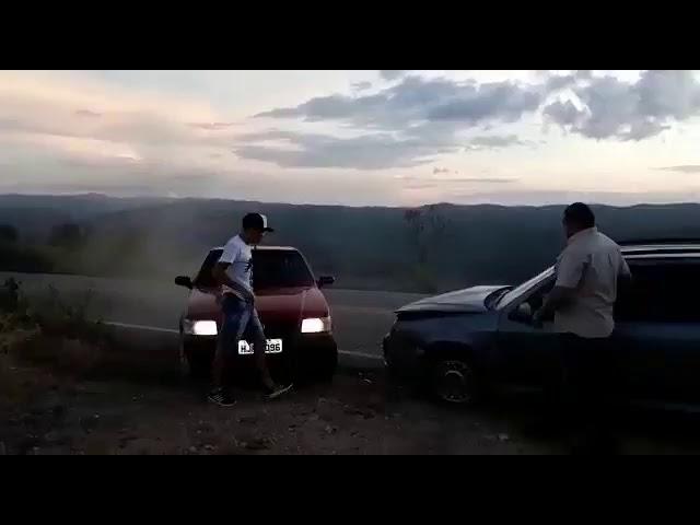 Ao criticar barragens, homem filma acidente de carro e quase é atropelado