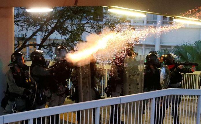 Policiais disparam gás lacrimogêneo contra manifestantes durante um protesto em Hong Kong, China, 31 de agosto de 2019. REUTERS / Kai Pfaffenbach