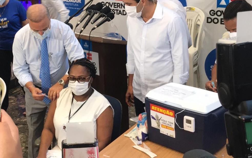 Enfermeira foi a primeira pessoa vacinada na Bahia