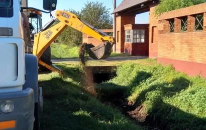 Trabajos de limpieza y mantenimiento en canales de desagüe