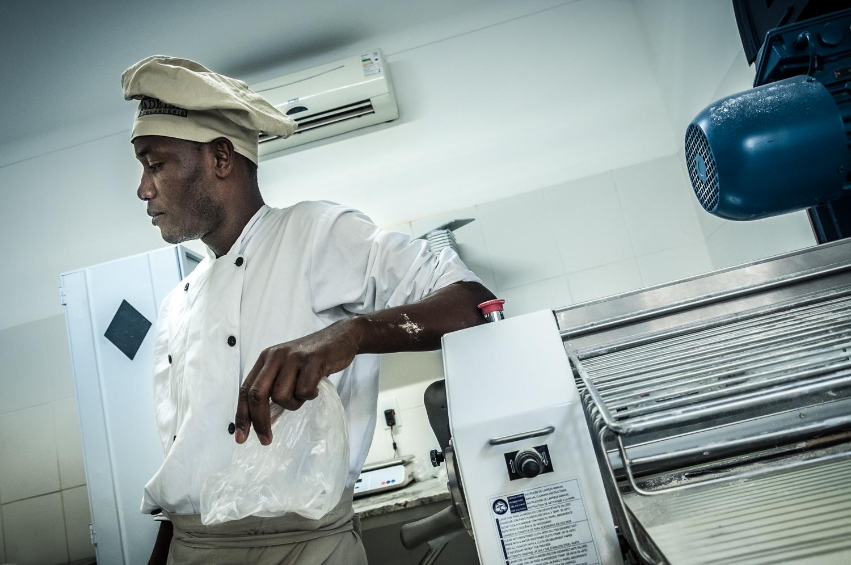 Jean fez o curso de padeiro de um mês e foi contratado por Fernando Del Grossi na Adélia Boulangerie      Foto: Martinho Caires