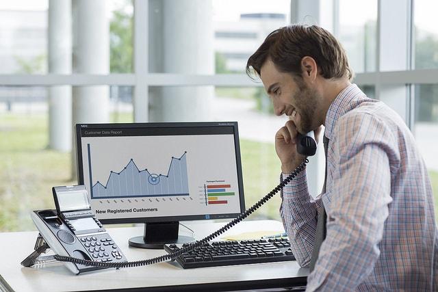Imagen de ejecutivo contento por Ventajas y Beneficios que le ofrecen las Redes Sociales