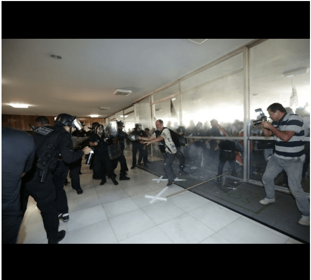 Policiais-tentam-invadir-congresso-nacional3