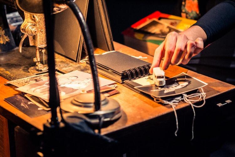 UM MUSEU VIVO DE MEMÓRIAS PEQUENAS E ESQUECIDAS no Teatro Carlos Alberto o emblemático espetáculo-reconstituição deJoana Craveiro
