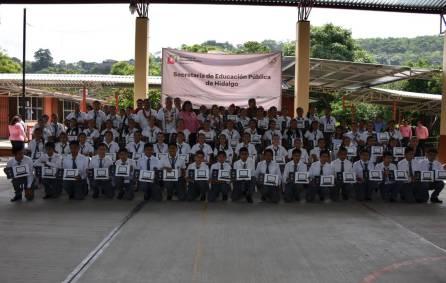 Sayonara Vargas entregó equipo de cómputo a estudiantes destacados de la Huasteca hidalguense3