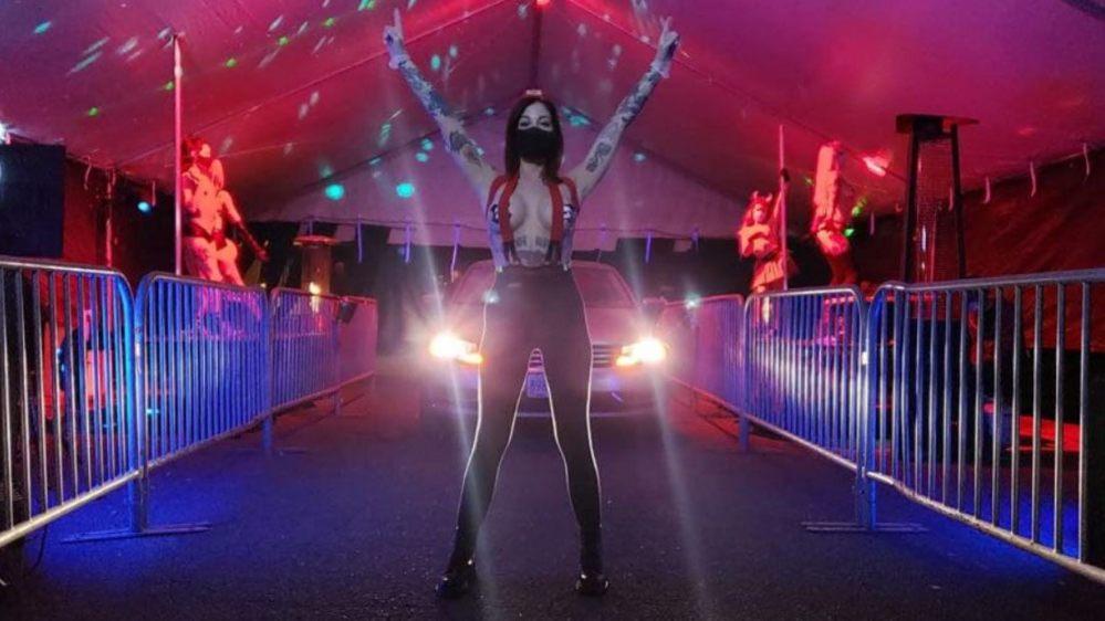 Club de striptease ofrece servicio ¡Drive Thru! con show en su estacionamiento