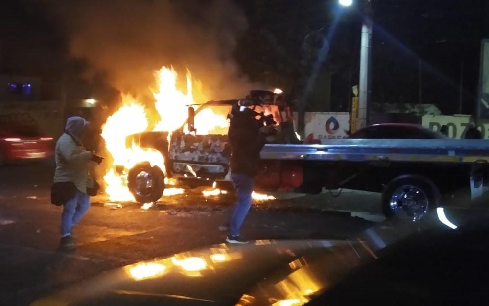 VIDEO: Grulleros contra cumbieros se enfrentan en plena calle ¡Y se dan con todo!
