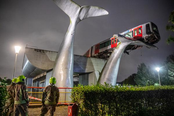Se descarrila metro y una enorme escultura en forma de cola de ballena ¡Lo salva!