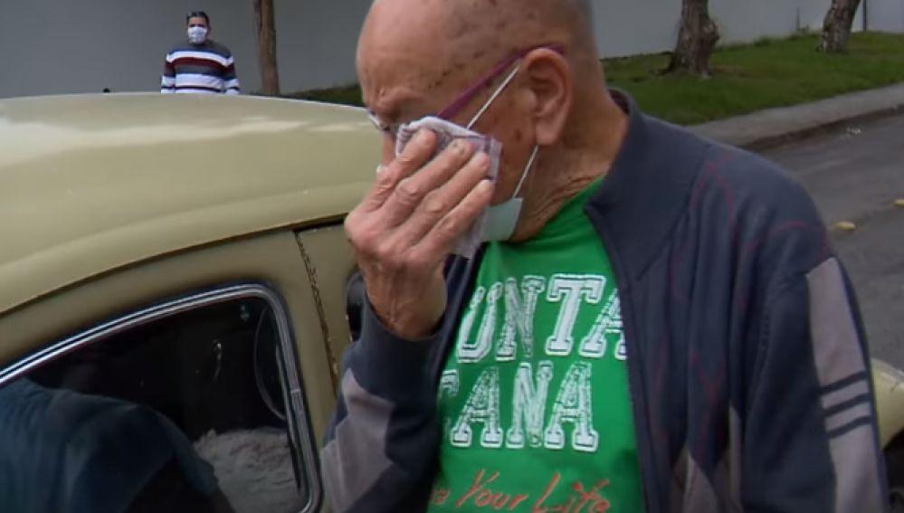 VIDEO: Maestro retirado vende su auto; alumnos hacen colecta y se lo devuelven