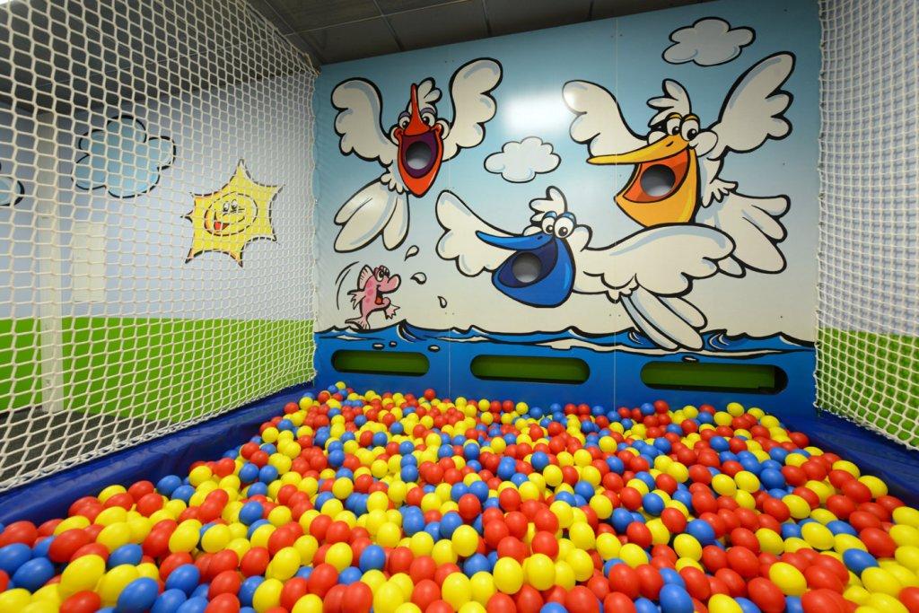 Kinderspielbereiche - Spielecke für Handel und Shoppingcenter - Bällebad Flughafen Stuttgart