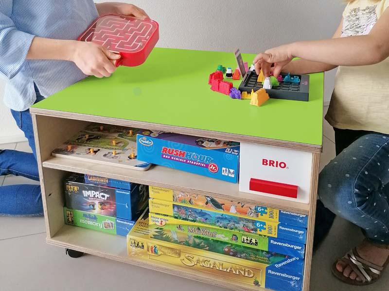 Ravensburger Spieltisch mit Spielfläche und Spieleregalen
