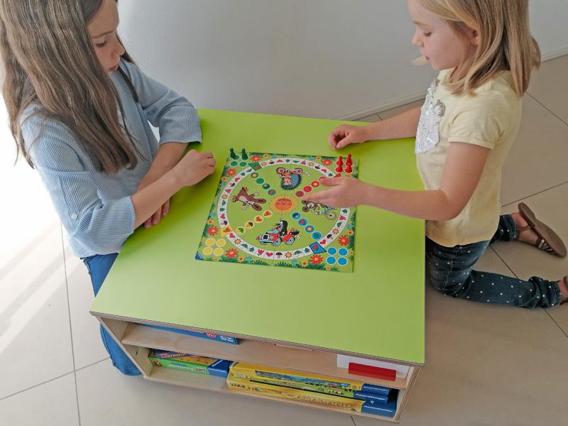 Ravensburger Spieltisch mit Spielfläche und Spieleregalen und Platz zum Spielen