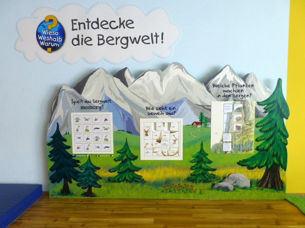 """Kulissenwand """"Entdecke die Bergwelt"""" mit drei Spielkästen.  Ravensburger Spielewelt Kühtai"""