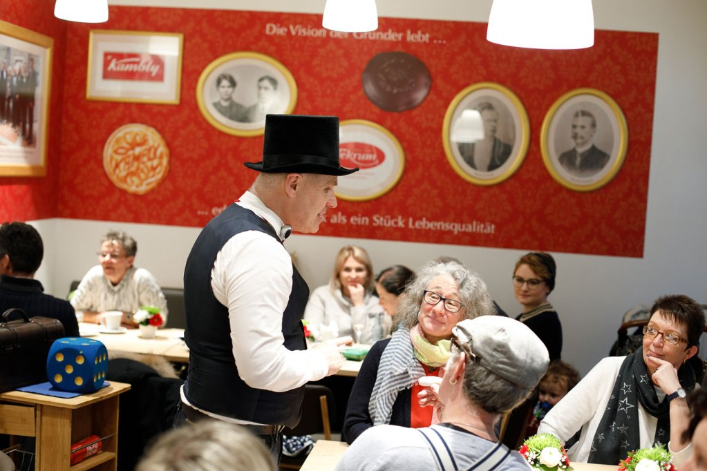 Das Erlebniscafé mit Ahnengalerie wurde stimmungsvoll eröffnet.
