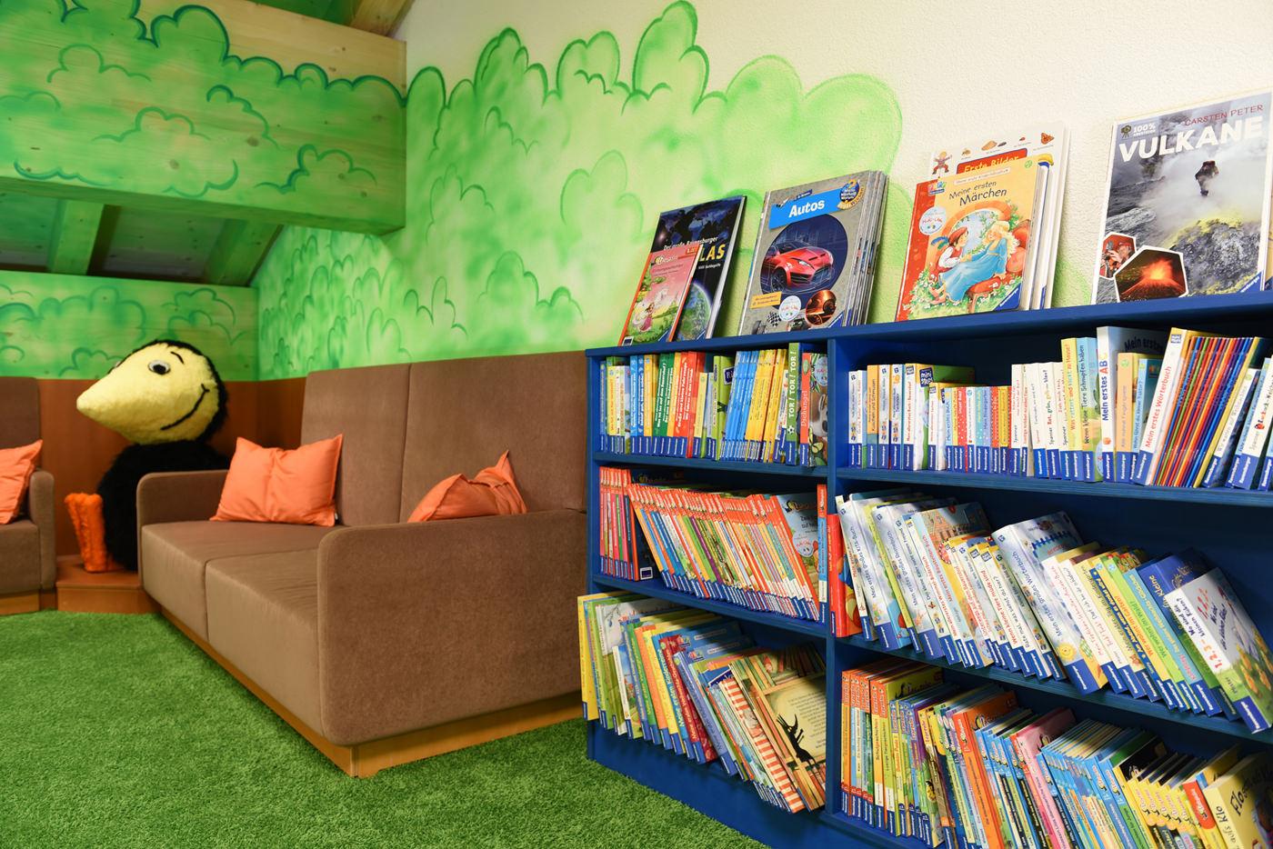 Spielecke für Hotel und Gastronomie - Pradas Resort Brigels - Bücherregal - Leselounge