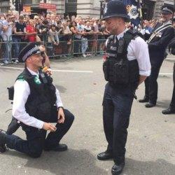 酷新闻:幸福破表!伦敦同志游行 两位警察同时各自向男友求婚