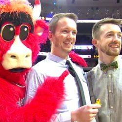 酷新闻:NBA球场上首度同志求婚 公牛队球迷同享喜悦