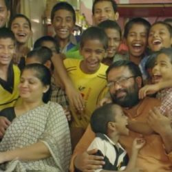 """酷新闻:印度夫妻收养22名HIV儿童 网友大喊""""超有爱"""""""