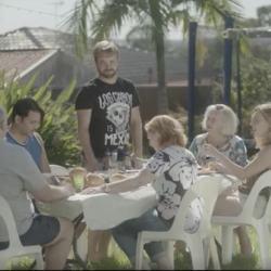 """酷影音:儿子向父勇敢坦承""""我爱的是…"""" 澳洲逗趣广告网友疯传"""