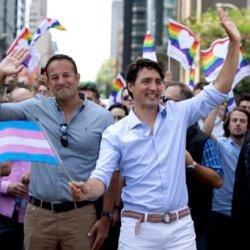 酷新闻:加拿大、爱尔兰俩国总理 携手参加游行挺同志