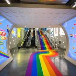 酷新闻:曼谷地铁站 彩虹通道大喷发 各国网友羡慕