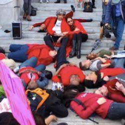 酷新闻:跨性别卧地抗议 盼终止仇恨暴力