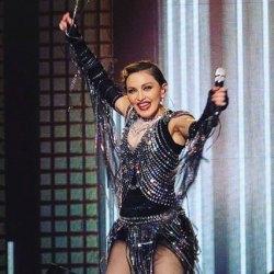 酷新聞:瑪丹娜演唱會男男情侶求婚  娜姊奉上棒花支持