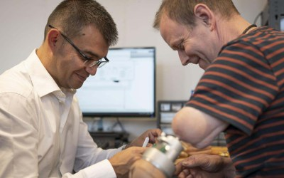 "Prostheses that ""feel"" for real can be mind-controlled"