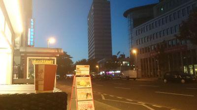 Ein Foto auf der Friedrich-Wilhelm-Straße. Im Hintergrund kann man den Duisburg Hauptbahnhof teilweise erkennen. Startet gut in den Morgen!