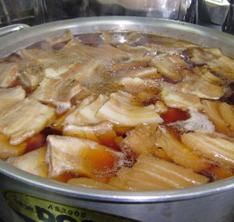 時間をかけて煮込まれる豚肉