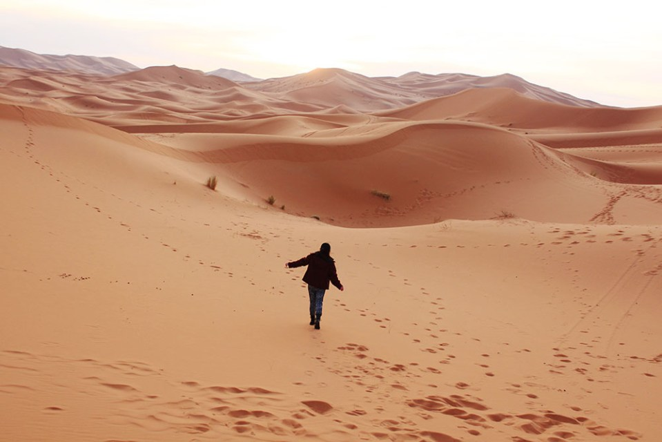 sahara desert tour group girl in the middle of desert