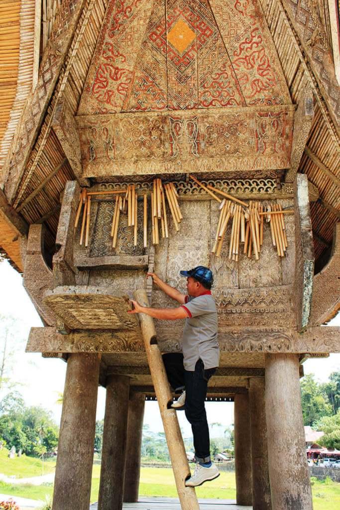 man local tour guide climb tongkonan traditional burial house kete kesu toraja_agirlnamedclara