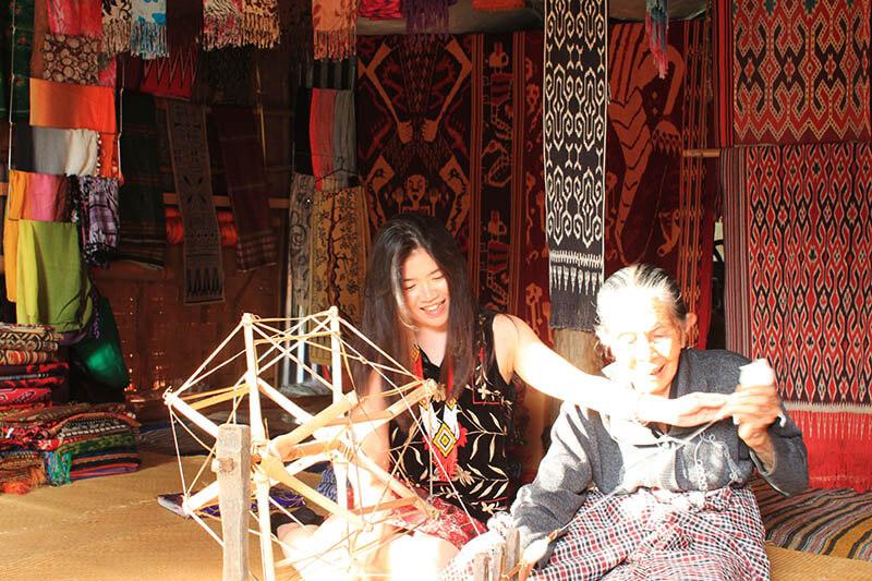 girl weaving cotton with local wanita rambut panjang menyulam kapas dengan nenek sadan toraja_agirlnamedclara
