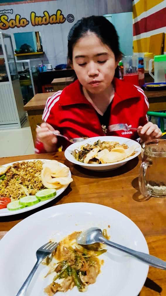 little girl eat nasi goreng fried rice anak perempuan makan nasgor  toraja_agirlnamedclara